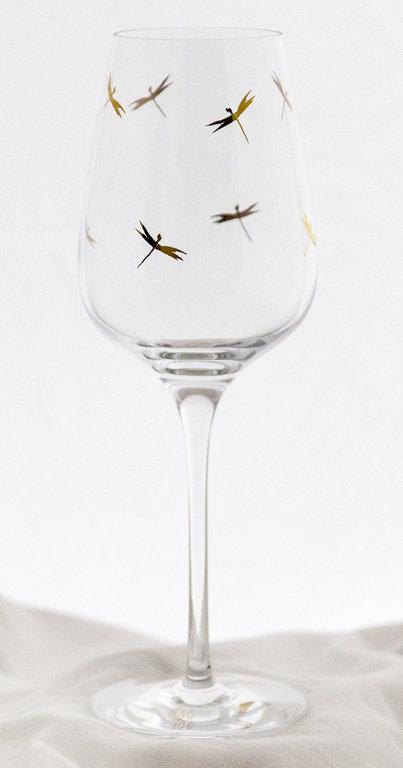 Бокал вина с стрекозами