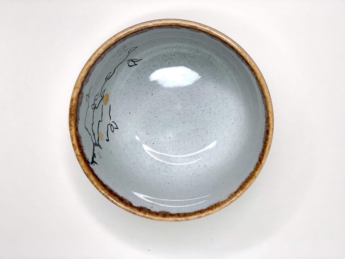 Gaiši pelēka bļodiņa ar ābeles zara zīmējumu