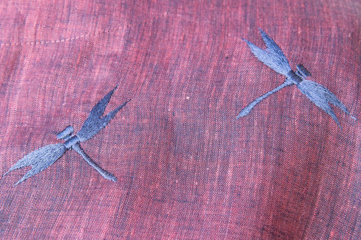 Sārta tunika ar spārīšu izšuvumu