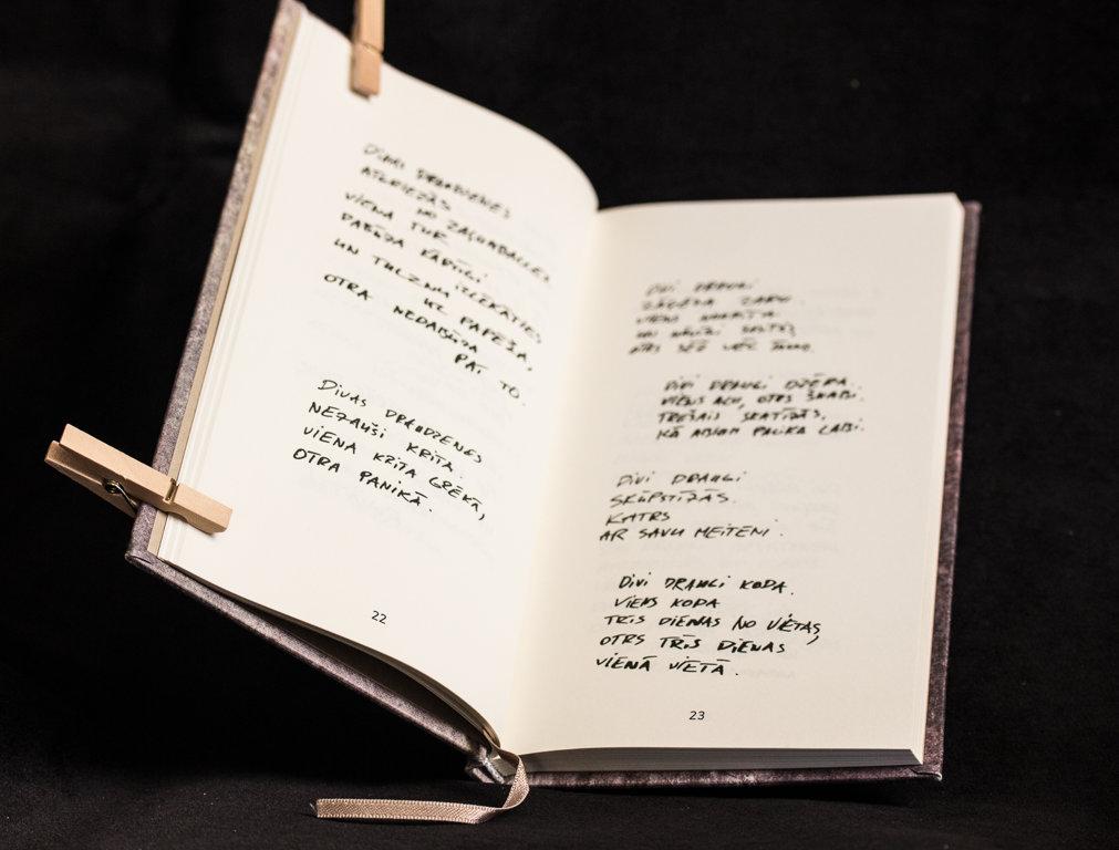 """Igo dzejas grāmata """"Debesis karstas"""""""