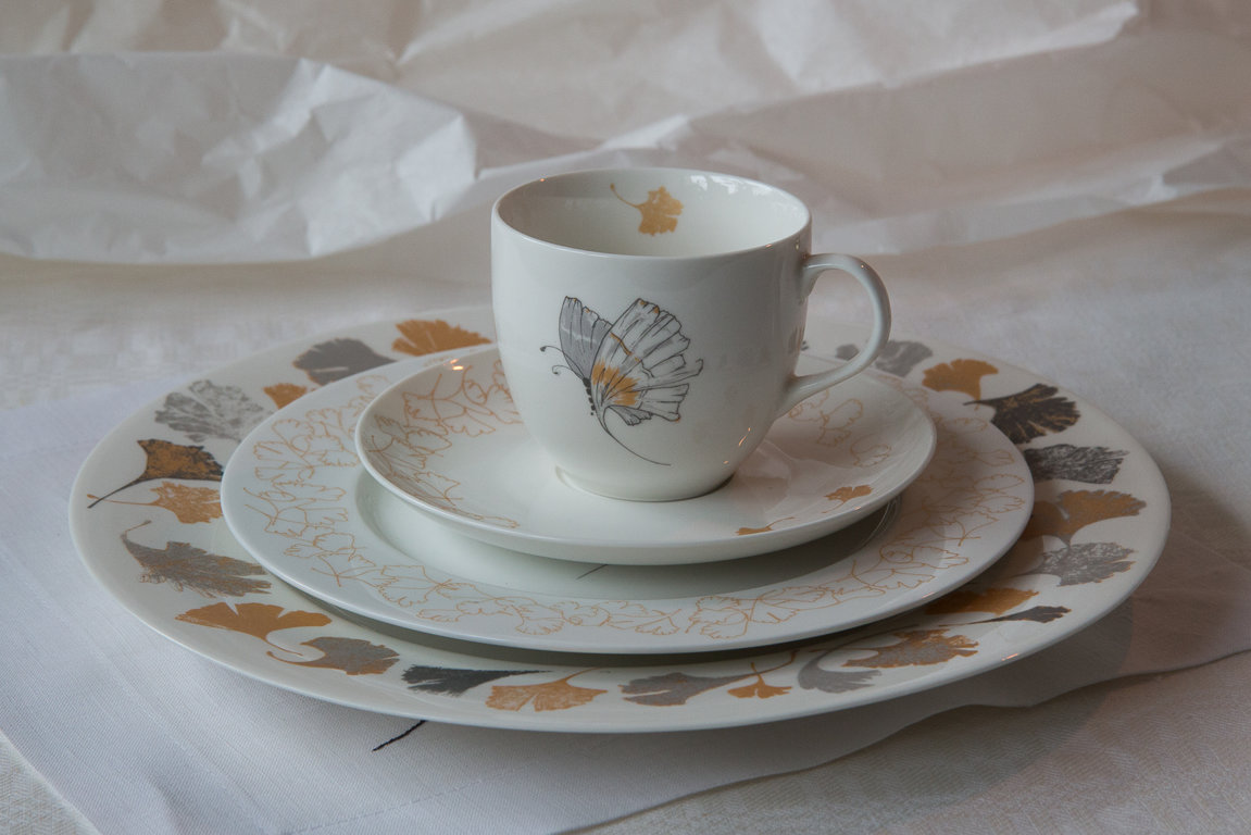 """Dining plate """"Wind promised skies to a leaf"""""""